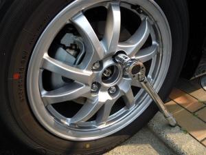 ■タイヤハウス■ タイヤハウスのロードノイズ対策:左フロント編 その1(プリウスα) [写真1]