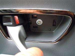 ■ドア■ リアドアのデッドニング・防音対策 左側 その1 内張り剥がし(プリウスα) [写真1]