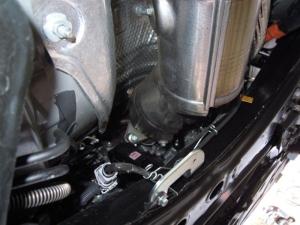 ■エンジンルーム■ エンジンルーム側バルクヘッド下側の防音対策 (プリウスα) [写真2]