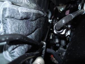 ■エンジンルーム■ エンジンルーム側バルクヘッド下側の防音対策 (プリウスα) [写真3]