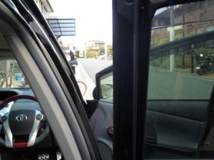 ■ドア■ 運転席側、後席ドアパッキン部防音対策(プリウスα) [写真33]