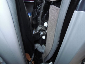 ■ドア■ 運転席側、後席ドアパッキン部防音対策(プリウスα) [写真6]